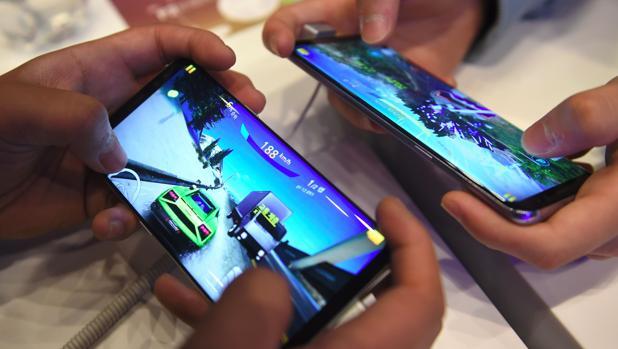 Dos personas pruebas el nuevo dispositivo de Samsung, el Galaxy S8