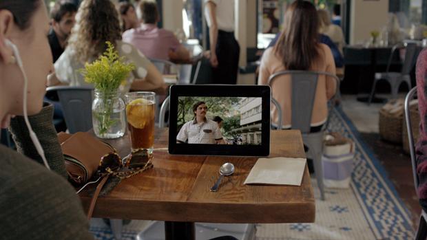 Persona viendo contenidos televisivos en una tableta