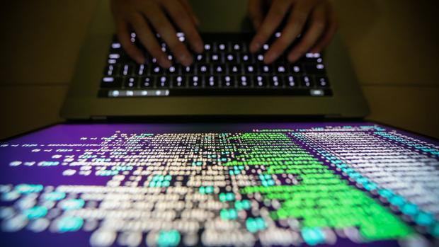 El informático anónimo que frenó el ciberataque teme otro este lunes