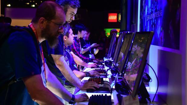 Varios asistentes juegan a algunos juegos presentados en la feria