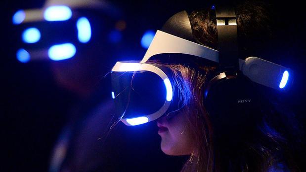 Una mujer prueba las gafas PlayStation VR, de Sony
