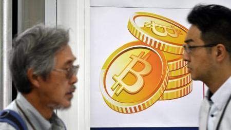 Póster de bitcoin a la entrada de un almacén