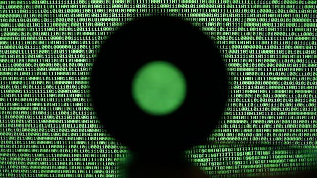 Un pantalla de ordenador muestra un código binario