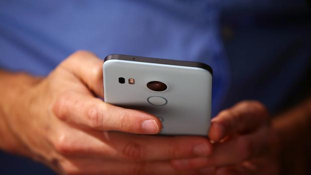 La mitad de los españoles que comparte información online con terceros pierde datos de sus «smartphones»