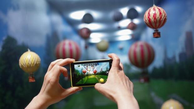 El tiempo que se dedica al móvil en España cae respecto a 2016