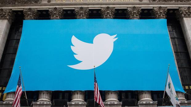 Cartel del logo de Twitter en una fachada
