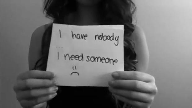 Amanda Todd es una adolescente canadiense que sufrió a la par «grooming» y ciberbullying, antes de suicidarse publicó un vídeo contando su historia