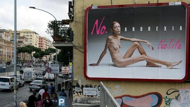 La modelo anoréxica Isabelle Caro, que falleció en 2010, en uno de los carteles que la hicieron famosa