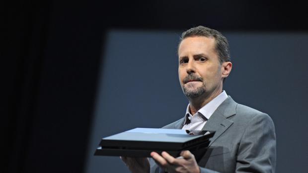 Andrew House durante la presentación de la PlayStation 4 en el E3 de 2013