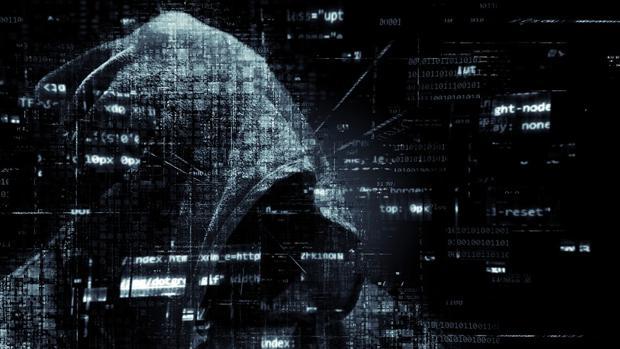 Fotomontaje de un ciberdelincuente intentando romper las barreras de ciberseguridad