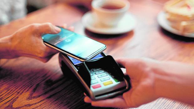 La llamada en espera del monedero en el móvil