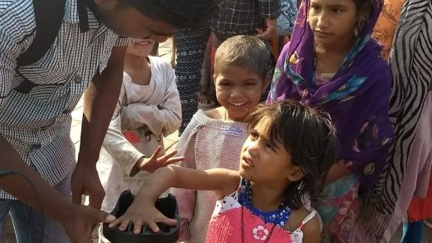 Una niña es registrada con el dispositivo «Palm Vein»