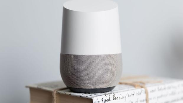 Detalle del dispositivo Google Home, un altavoz inteligente