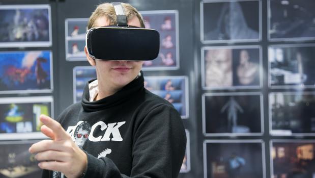 Héctor, que tiene Síndrome de Asperger, con las gafas de realidad virtual de «Cicerón»