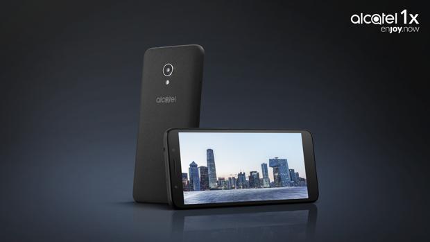 Uno de los nuevos modelos, el Alcatel 1X, presentado hoy en Barcelona y que costará 99 euros