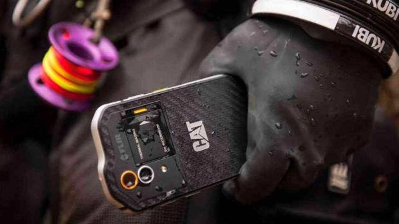 Sumergibles, resistentes al polvo y que rebotan: así son los móviles todoterreno