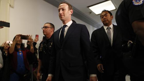 Mark Zuckerberg llega al Capitolio con un semblante visiblemente más preocupado que en su cita ante el Senado este martes