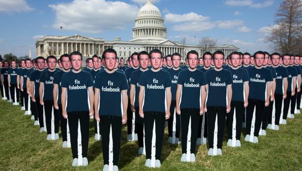 Cien figuras de cartón con el fundador y presidente de Facebook, Mark Zuckerberg