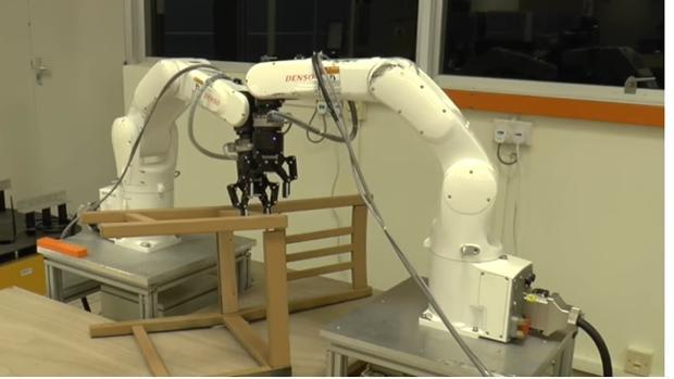 Los robots logran otro desaf o montar una silla de ikea for Esquelas el mueble melide