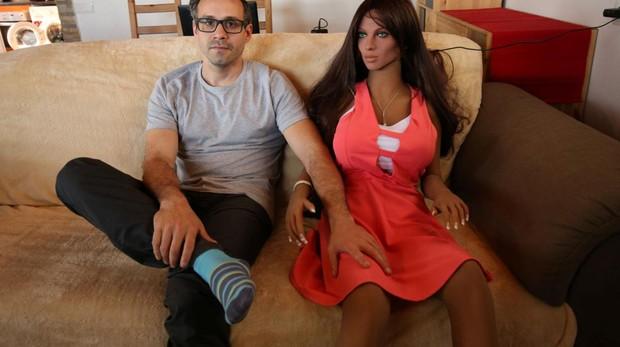 Samatha junto a su creador, Sergi Santos