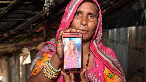 Mohinidevi Nath muestra una foto de su prima Shantadevi Nath, quien fue asesinada por una multitud que creía que estaba secuestrando niños