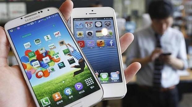 Un móvil Samsung (android) y un iPhone (iOS)