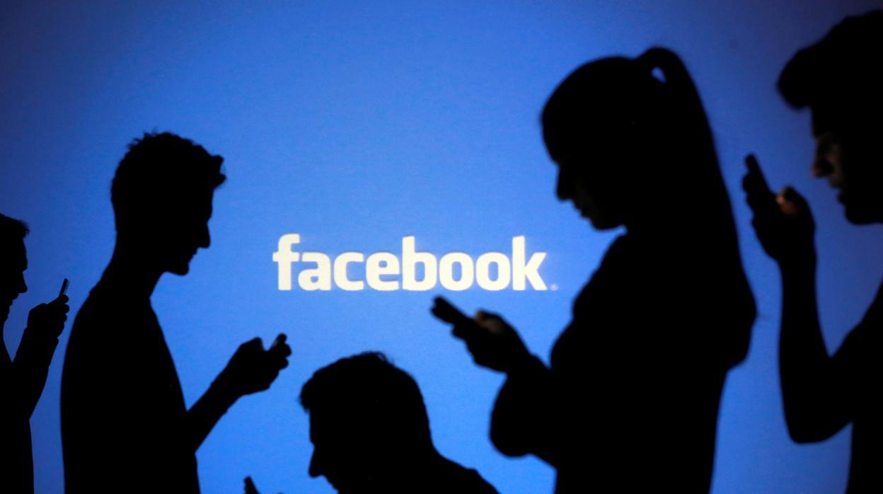 Facebook negocia con los bancos que le cedan tus datos bancarios y que operes a través de su chat Messenger