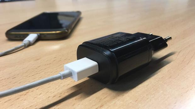 Cargadores baratos: los peligros de ahorrar unos euros con el cable del móvil