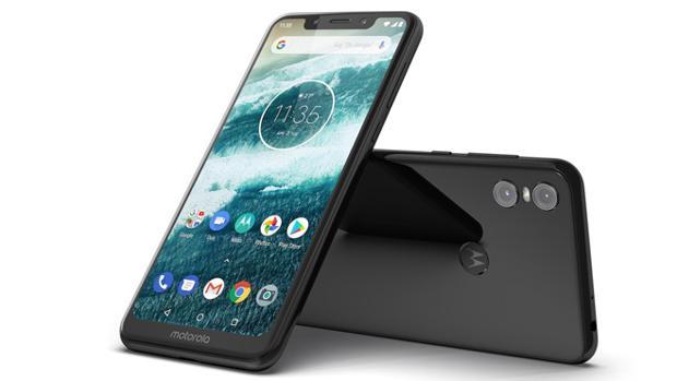 Así es el Motorola One: con sistema Android puro y un diseño renovado con la controvertida pestaña
