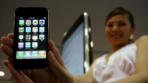 Una modelo muestra el iPhone 3G durante su debut en una ceremonia en Hong Kong, China