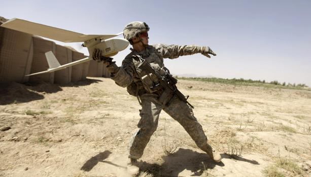 Un soldado del Ejército norteamericano se prepara para hacer volar un drone