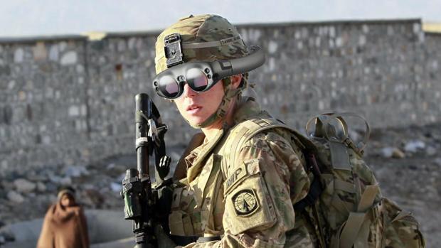 Montaje realizado a partir de una imagen de Reuters de una mujer soldado