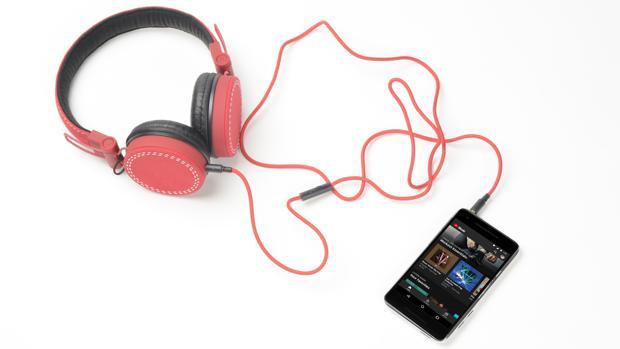 Cómo convertir en «mágicos» tus auriculares para que te traduzcan en tiempo real cuando viajes a otro país