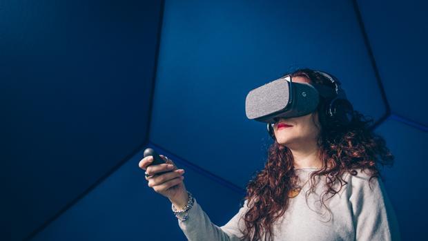 Una persona prueba unas gafas de realidad virtual