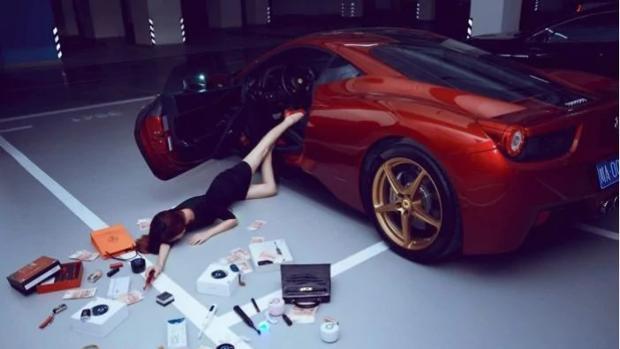 La «moda» capitalista de los «influencers» en China: hacerse fotografías rodeados de productos de lujo