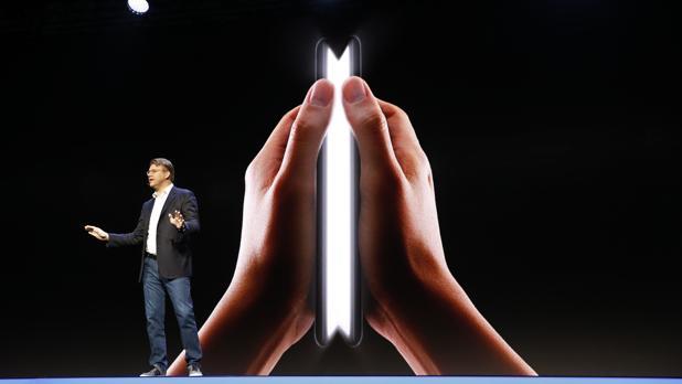 Samsung sienta las bases del «smartphone» flexible y abre su asistente Bixby a los desarrolladores