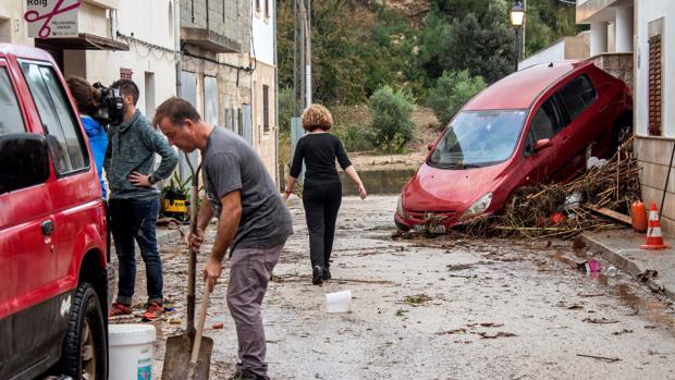 Vecinos y voluntarios limpiando las calles de la localidad mallorquina de Sant Llorenç, la zona más perjudicada debido a los desbordamientos y riadas del pasado mes de octubre