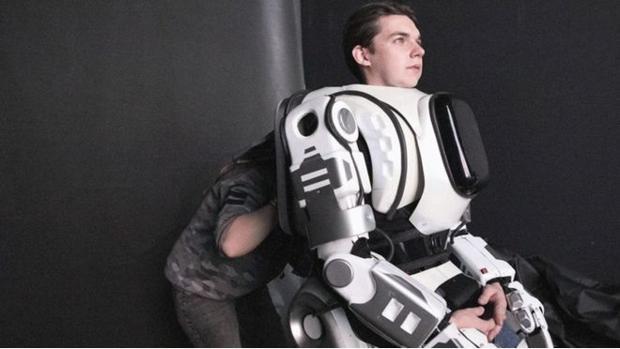 Detalle del hombre disfrazado de robot