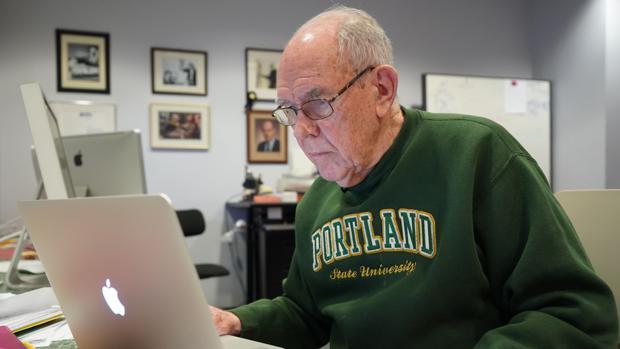 Ivan Sutherland, durante una sesión fotográfica en su despacho