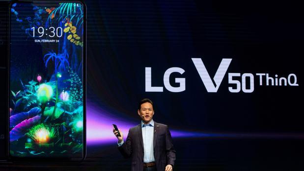 El director de Relaciones Públicas y Márketing de LG Electronics, Frank Lee presenta el nuevo modelo de telefonía móvil LG V50 ThinQ