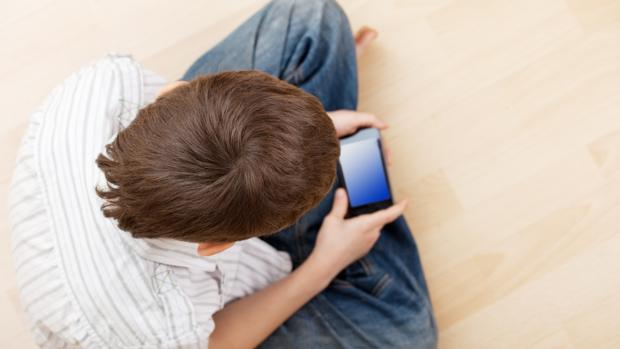 Los menores de 3 años ya pasan el doble de tiempo frente a una pantalla que hace dos décadas