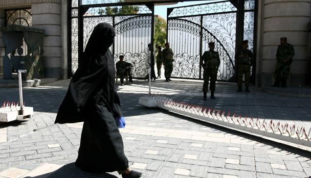 Una mujer pasa por delante de un edificio oficial en Arabia Saudí