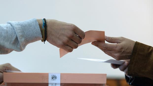 Una persona, durante una votación