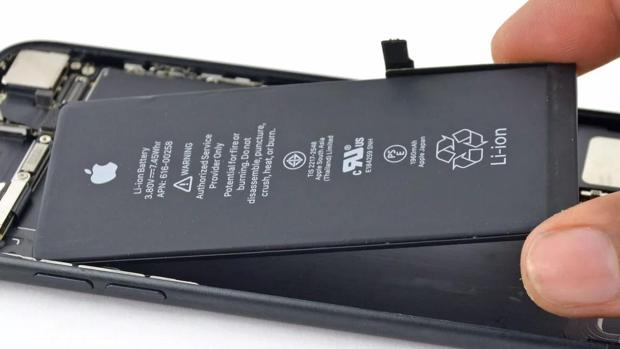 Detalle de una batería de Apple dentro de un iPhone