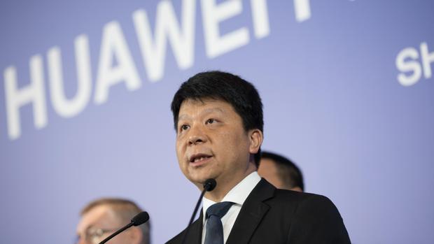 El presidente rotativo de Huawei, Guo Ping (d), habla durante una conferencia de prensa este jueves