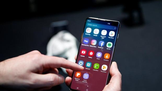 Un usuario utiliza su teléfono Android