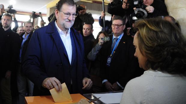 El expresidente del Gobierno, Mariano Rajoy, votando en las elecciones generales de diciembre de 2015