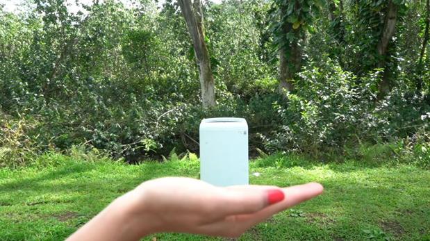 Esta lavadora cabe en la palma de tu mano y sirve también como funda para el móvil