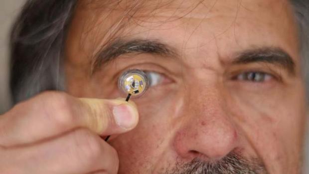 Así es la primera lentilla inteligente autónoma: tiene una microbatería en tu ojo