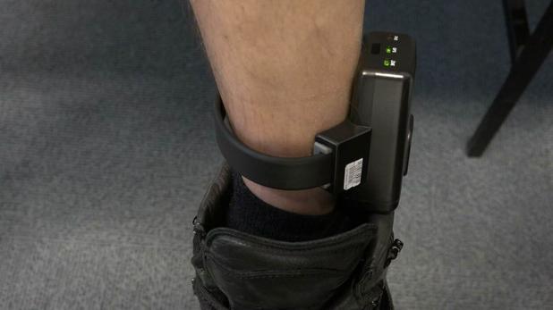 La pulsera telemática se sitúa en el tobillo de los presos